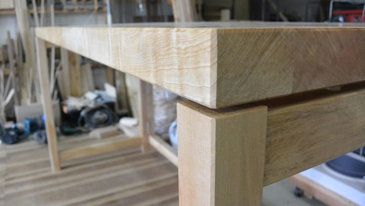 栃の木を用いて作業机を作製