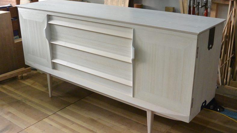 三つ重ねの総桐箪笥を北欧ビンテージテイストのリビングボードとチェストにアレンジし塗装を白にしました