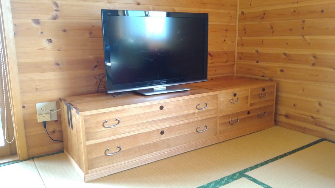 下三中洋の総桐箪笥をロー&ワイドなテレビボードに改造