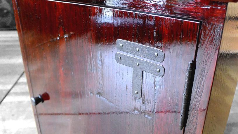 桐たんすの引出しを忍び錠付きのカシュー塗りのポストに改造