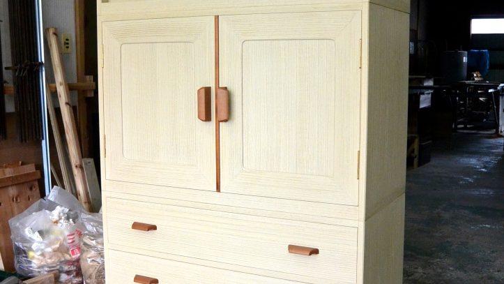 三つ重ね総桐箪笥の取手を木製の取手にアレンジ